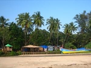Boote am Strand von Goa bei einer Indien Rundreise.