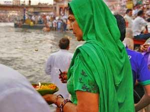 Gläubige Inderin bei der Aarti-Zeremonie in Haridwar