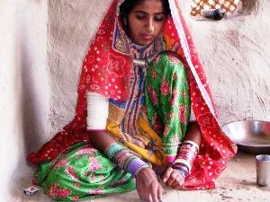 Einheimische Frau beim traditionellen Kunsthandwerk