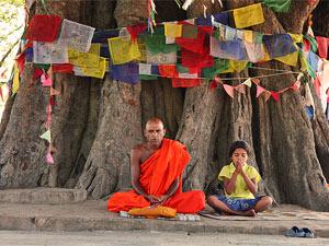 Betender Mönch in Lumbini bei Indien Nepal Rundreise