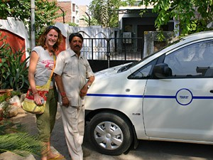 Touristin mit privatem Fahrer und Wagen in Nordindien