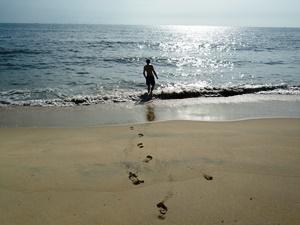 Mann in der Abendsonne am Strand von Goa.