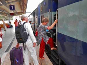 Touristen unterwegs im Zug in Indien