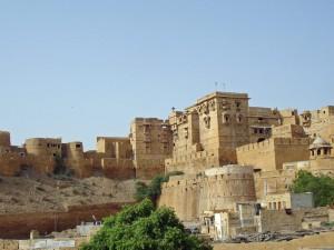 Blick auf die Stadt Jaisalmer bei einer Reise durch Nordindien
