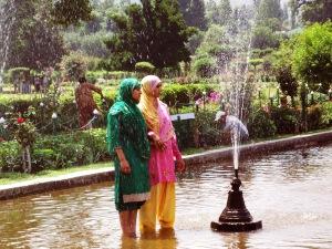 Einheimische Touristen besuchen den Mogulgarten