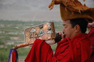Mönch mit Muscheltrompete bei Leh