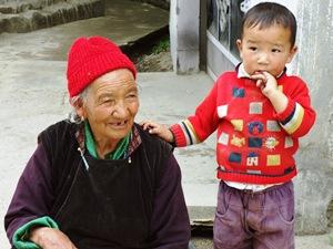 Tibetische Frau mit ihrem Enkel in Leh