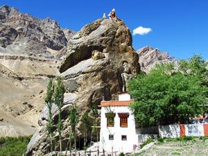 Die in den Felsen gehauene Buddha Statue in Mulbekh