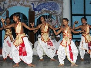 Tanzende Mönche auf der Majuli Insel.