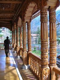 Tempel mit Holzschnitzereien in Manali
