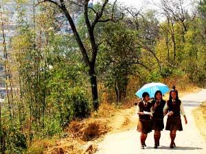 Schülerinnen auf dem Heimweg in Mokochung