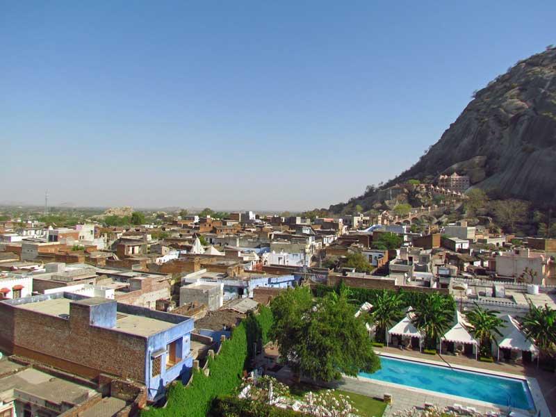 Rajasthan Rundreise: Blick vom Dach des Hotels über den kleinen Ort Narlai.