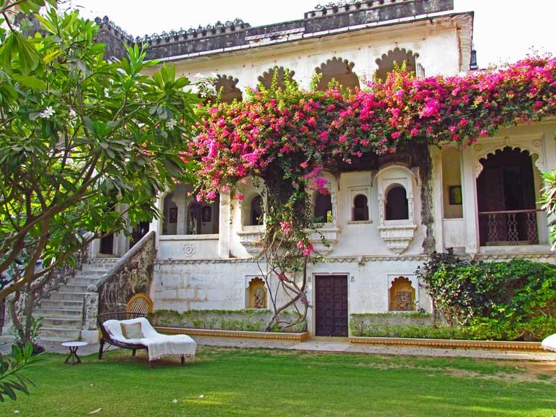 Rundreise Indien: Garten des Hotel in Narlei