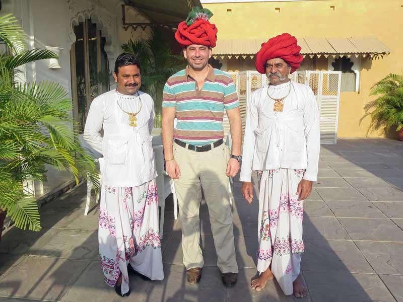 Die Mitarbeiter vom Maharadscha Palast heißen alle Gäste in Narlai herzlich willkommen.