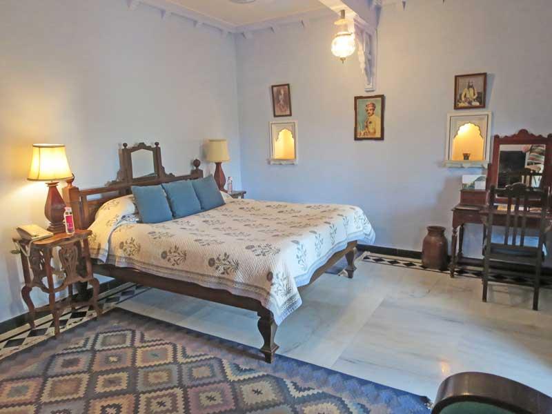 Übernachten Sie auf Ihrer Reise durch Indien in einem Hoteltimmer im authentischen Mharadscha Palast Stil in Narlai