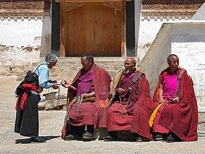 Sikkim: Mönche aus Kalimpong beim Teetrinken.