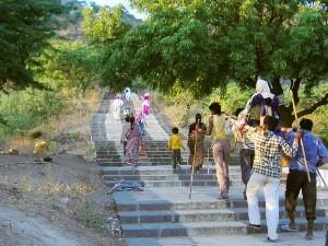 Pilger auf dem Weg zu den Jain- Tempeln bei Palitana