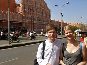Paar vor dem Palast der Winde in Jaipur