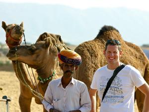 Kamelführer und Tourist in Rajasthan