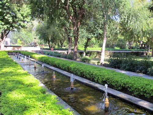 Kajasthan Rundreise: Die Brunnen auf der Anlage in Samode sorgen für angenehm frische Luft.