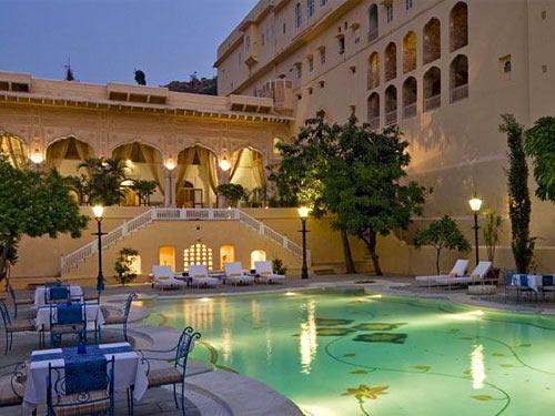 Entspannen Sie auf Ihrer Indien Rundreise an der schönen Außenanlage mit Pool im Samore Palast