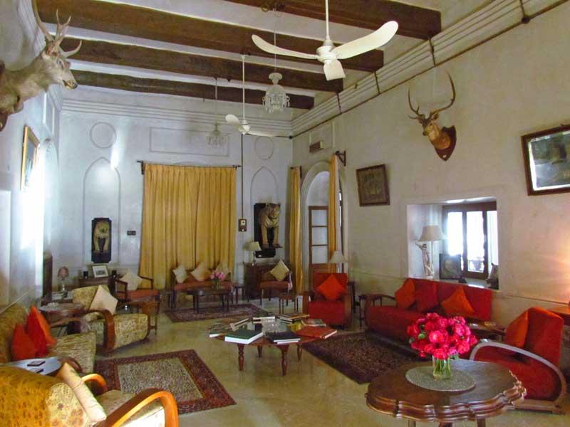 Kajasthan Rundreise: Entstpannen Sie wie die Maharadschas im Wohnzimmer mit alten Möbeln und Jagdtrophäen früherer Zeiten in Shahpura.