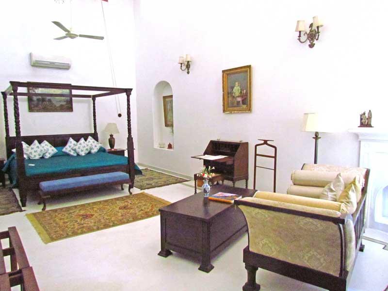Rajasthan Rundreise: Eines der komfortabel eingerichteten Zimmern im Maharadscha-Palast in Shahpura.