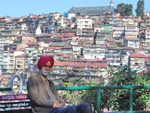 Einheimischer in vor der Kulisse von Shimla.