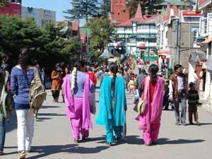 Indische Touristen beim Spaziergang in Shimla.