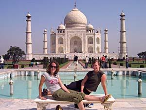 Touristinnen vor dem Taj Mahal