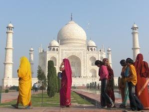 Indische Touristen von dem Taj Mahal
