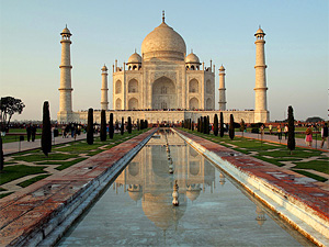 Erleben Sie die Spiegelung am Taj Mahal bei einer Nordindien Reise in deiner Gruppe