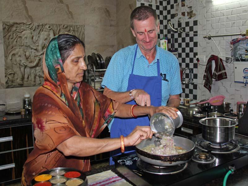 Fachmännische Anleitung beim Kochen bei Kochkurs in Udaipur auf einer Rundreise durch Indien