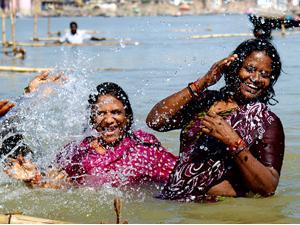 Badende im Ganges in Varanasi