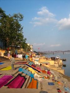 Saris, zum Trocknen ausgelegt, in Varanasi