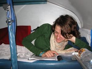 Touristin im indischen Nachtzug