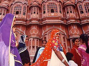Indische Frauen vor dem Palast der Winde