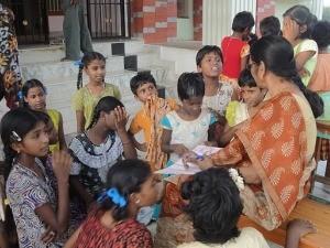 Kinder lernen auf den Stufen vor dem Kinderheim