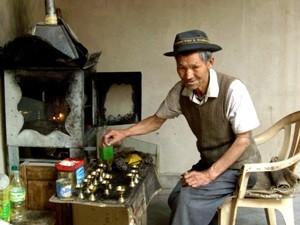 Mann in seiner Werkstatt