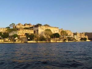 Blick während der Bootstour auf die Paläste von Udaipur