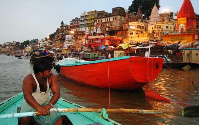 Eine Bootstour durch Varanasi - Nordindien Rundreise.