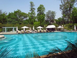 Großer Pool zur Erfrischung im Hotel in Delhi