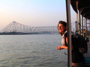 Frau vor Howrah Brücke in Kolkata