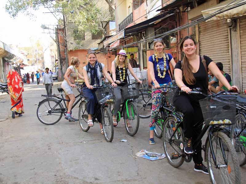 Radfahrer in Gasse