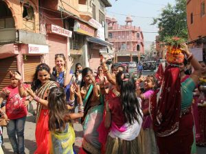 Spontane Feier in Jaipur mit Einheimischen bei Nordindienreise