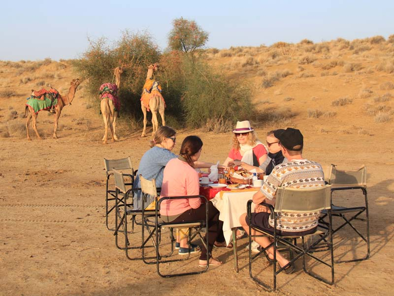 Alle essen im Wüstencamp in der Wüste in Jaisalmer auf Rundreise durch Indien