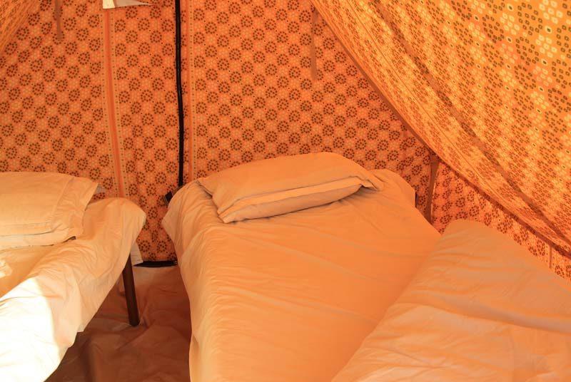Bett im Zelt in der Wüste von Jaisalmer auf Indien Rundreise