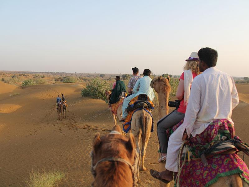 Kamel Karawane in der Wüste von Jaisalmer auf Indien Rundreise