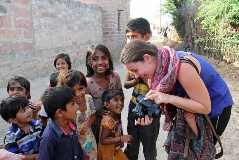 Frau zeigt Kindern Fotos