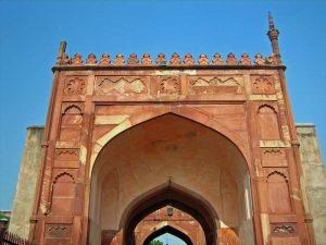 Während Ihrer Reise Nordindien besuchen Sie das massive Agra Fort.